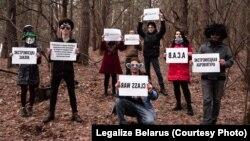 Актывісты кампаніі «Legalize Belarus» правялі пікет з цытатамі са сьпісу экстрэмісцкіх матэрыялаў, 14 сакавіка, недзе ў лесе