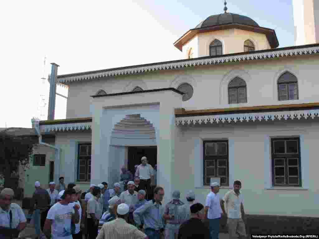 Мусульмани залишають головну міську мечеть Кебір-джамі у Сімферополі