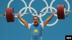 Чемпион лондонской Олимпиады по тяжелой атлетике Илья Ильин. 4 августа 2012 года. Иллюстративное фото.