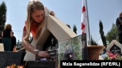 С каждым годом в этот день на кладбище Мухатгвердb собирается все больше людей