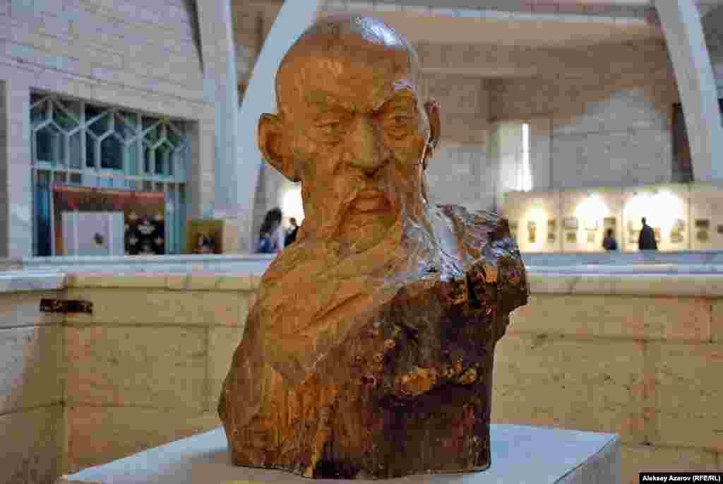 На выставке есть две скульптуры. Их автор – Юрий Гуммель (родился в 1927 году), заслуженный деятель искусств Казахстана. В Казахстан его семья была депортирована в 1941 году из Азербайджана за немецкое происхождение. До 1991 года жил и работал в Караганде. Ныне живет в Германии. В Караганде установлены монументы, соавтором которых он является, – Нуркену Абдирову, Владимиру Ленину. На снимке скульптура из дерева «Курмангазы».