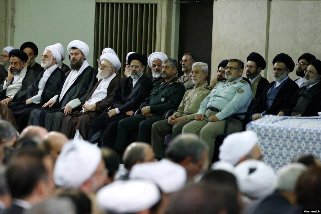 تصویر دیگری در مردان بیت آیتالله خامنهای در یکی از دیدارهایش با مسئولان نظام؛ چهار پسر آیتالله خامنهای در قسمت چپ تصویر قابل مشاهدهاند