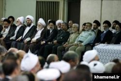 تصویر دیگری از مردان بیت آیتالله خامنهای در یکی از دیدارهایش با مسئولان نظام؛ چهار پسر آیتالله خامنهای در قسمت راست تصویر قابل مشاهدهاند