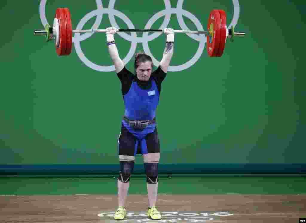 Каріна Горічева з Казахстану йде на спробу в жіночих змаганнях у категорії до 63 кілограмів.