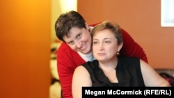 Елена Гольцман, эмигрантка из бывшего СССР (справа), со своей партнершей Барбарой живут в Бруклине. Нью-Йорк, 28 ноября 2012 года.
