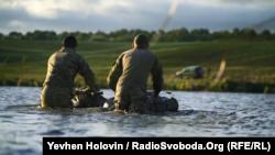 Несмотря на ветер и холод, бойцы выполняют задание – переходят водоем