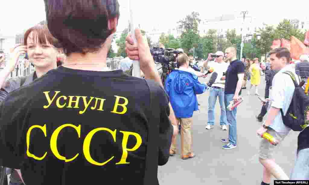 Сергей Удальцов (на заднем плане) собирается блокировать Думу в день рассмотрения протокола о присоединении России к Всемирной торговой организации.