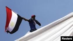 Чоловік тримає прапор Єгипту (фото архівне)