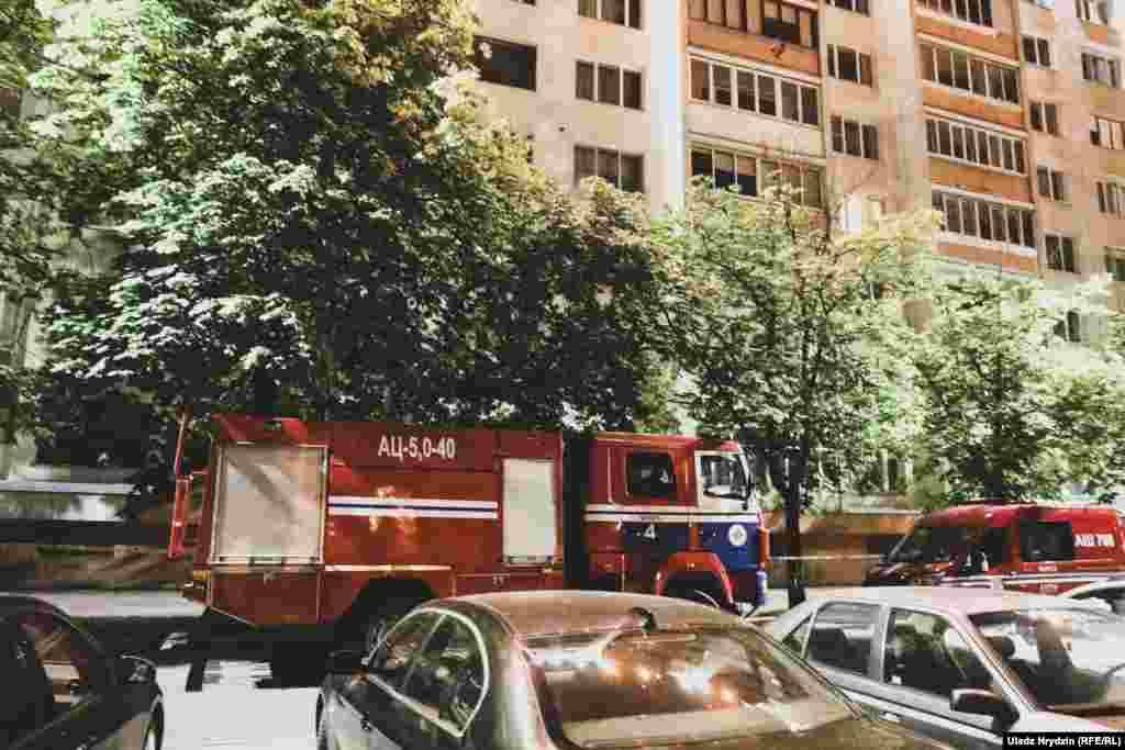 Пажарныя каля дому на вуліцы Чарвякова, 4 (за некалькі соцень мэтраў ад сьмерці жанчыны), дзе ад фаерверку 3 ліпеня выбіла шыбы