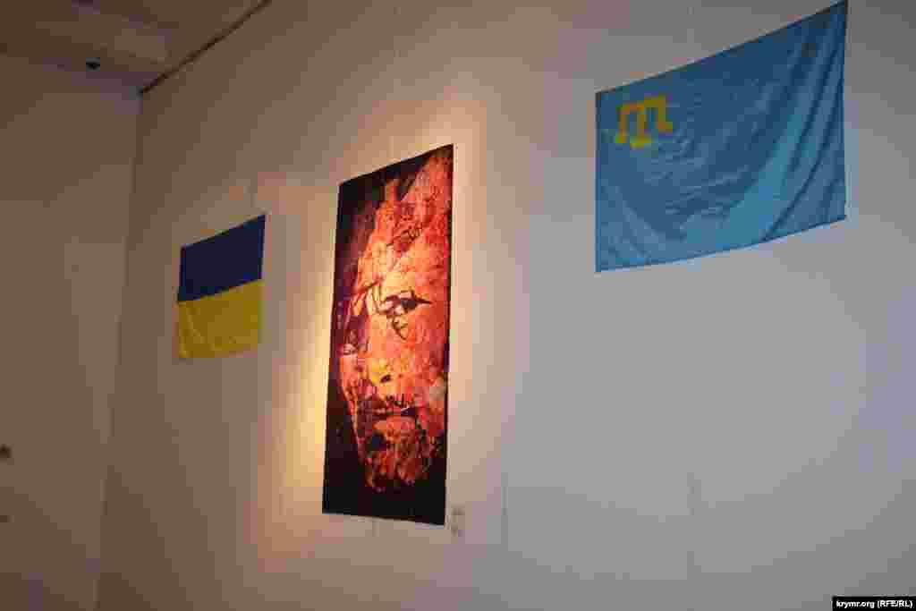 Портрет Мустафы Джемилева и город Судак