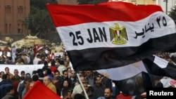 """Флаг Египта с датой """"25 января"""" - днем начала массовых выступлений, приведших к падению режима Мубарака"""