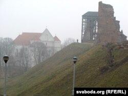Рэшткі вежаў і касьцёл пад гарою, здымак зроблены з кургана Міцкевіча, насыпанага ў 1924-31 гадах