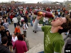 Spring Party в Гранаде на юге Испании. Многие молодые люди хотели бы проводить время именно так: школа - это слишком скучно...