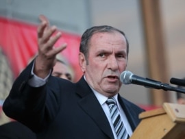 HAK leader Levon Ter-Petrossian addresses supporters at a rally on October 1.