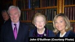 Britaniýanyň öňki premýer-ministri Margaret Tetçer Jon O'Sulliwan we Melissa O'Sulliwan bilen, London, fewral, 2009.