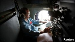 Малайзиянинг йўқолган самолётини қидираётган Вьетнамнинг ҳарбий самолёти экипажи аъзоси.