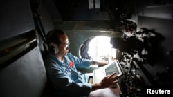 هواپیمای ویتنام در حال جستوجو بر فراز آبها به دنبال یافتن سرنخی از هواپیما مفقود شده- ۲۰ اسفندماه ۱۳۹۲