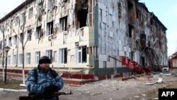 Одно из зданий в Грозном, поврежденных после боев 4 декабря 2014 года