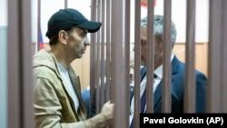 Михаил Абызов с адвокатом в суде