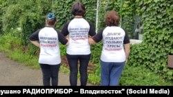 Бывшие сотрудники завода в майках с хештегами