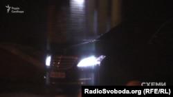 Авто, яким користується бізнесмен Фукс, виїжджає від МВС, 6 грудня 2017 року