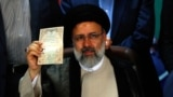 ابراهیم رئیسی در زمان ثبت نام برای شرکت در انتخابات