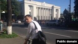 Єгор Фірсов на велосипеді біля будівлі Верховної Ради, Київ, 22 липня 2014 року