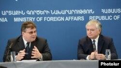 Լիտվայի եւ Հայաստանի արտգործնախարարներ Լինաս Լինկյավիչուսը եւ Էդվարդ Նալբանդյանը համատեղ մամուլի ասուլիսում: