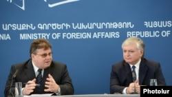 Главы МИД Армении и Литвы, Эдвард Налбандян (справа) и Линас Линкявичюс, на совместной пресс-конференции в Еревана, 7 марта 2013 г.
