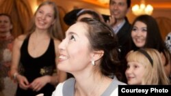 Нұрсұлу Сұлтанова актерлік шеберлігін көрсетіп тұр. Алматы, 15 желтоқсан 2013 жыл.