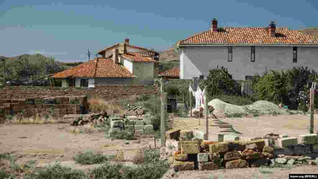 Многие здания в поселке построены в одном стиле