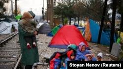 Грекиядан Македонияға өту мүмкіндігін күтіп жатқан мигранттар. 27 қараша 2015 жыл.