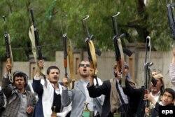U Jemenu već treću godinu traje oružani sukob (Foto: Naoružani muškarci lojalni Hutima, Jemen, 21. april 2016.)
