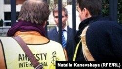 """Представители """"Международной амнистии"""" передают петицию в посольство России в Париже"""
