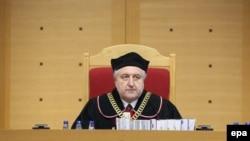 Kryetari i Tribunalit Kushtetues, Andrzej Rzeplinski, duke e dhënë verdiktin në Varshavë, më 9 mars 2016