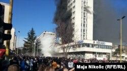 Bosnje e Hercegovinë - Ndërtesa në flakë e qeverisë në Tuzlla, gjatë protestave në këtë qytet, 07 shkurt, 2014