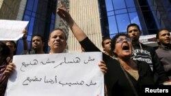 Müsürli aktiwistler prezident Abdel Fattah al-Sisä garşy şygarlary gygyrýarlar. Kair.