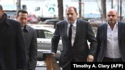 Харви Вайнштейн (второй справа) заходит в здание суда в Нью-Йорке. Архивное фото