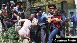 Бишкекда жорий йил ёзида дарахтлар кесилишига қарши чиққан намойишчилар ҳам милиция томонидан қўлга олинган.