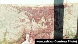 """Кровь на стенах дома, в котором произошла перестрелка. Фото с сайта """"Ақ Жайық""""."""