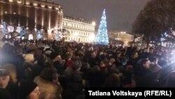 Около полутора тысяч человек вышли на Исаакиевскую площадь с требованием отставки губернатора Полтавченко