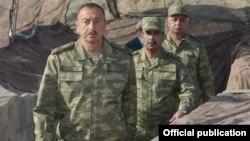 Ադրբեջանի պաշտպանության նախարարը (կենտրոնում) երկրի նախագահի հետ շփման գծի Աղդամի հատվածում, 6-ը օգոստոսի, 2014թ․