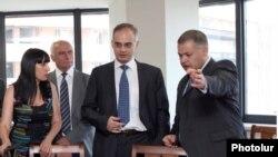 Իշխանության կազմած աշխատանքային խմբի եւ ՀԱԿ-ի պատվիրակության անդամների հանդիպման մեկնարկը, 18 հուլիս, 2011