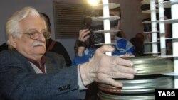 Режиссер Марлен Хуциев во время переноса своих фильмов в новое здание фильмохранилища Госфильмофонда в Белых столбах