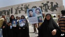 امهات موقوفين أو مفقودين خلال تظاهرة في ساحة التحرير وسط بغداد