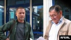 Журналисты Сергей Дуванов (справа) и Рысбек Сарсенбай (слева) возле здания суда, который рассматривает их дело в связи с акцией протеста в поддержку правозащитника Евгения Жовтиса. Алматы, 29 сентября 2009 года.