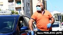 Taksista u Podgorici nosi masku zbog korona virusa