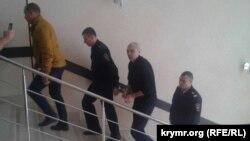 Олексія Назімова ведуть на засідання суду, 20 жовтня 2017 року