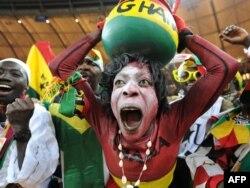 2010 жылы Оңтүстік Африка Республикасында өткен футболдан әлем чемпионатындағы жанкүйерлер. Йоханнесбург, 23 маусым 2010 жыл. (Көрнекі сурет)