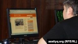 Азаттық сайтын оқып отырған жігіт. Алматы, 2 мамыр 2012 жыл. Көрнекі сурет